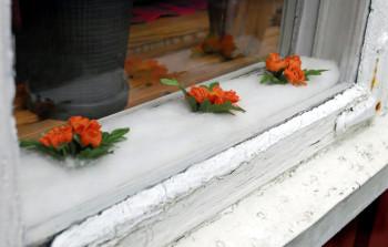 Gamla träfönster kan behöva renoveras, eller åtminstone tätas med nya lister.