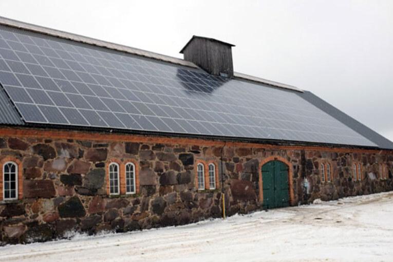 Solcellspanelerna på stallbyggnaden har en toppeffekt på 58 kW.