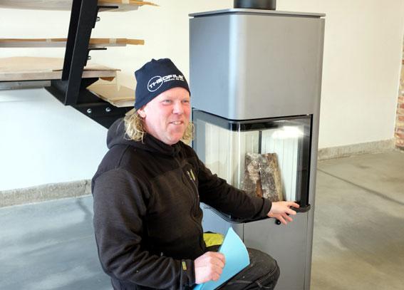 I vardagsrummet har Lars placerat en vattenmantlad kamin, som både ökar mysfaktorn och bidrar till husets uppvärmning.