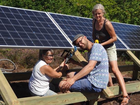 Grannar på Brännö samarbetar med solcellsinstallationer.