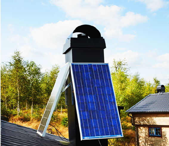 Solenergi. Två solcellspaneler bidrar till strömförsörjningen i stugan. Foto: Jörgen Hildebrandt.