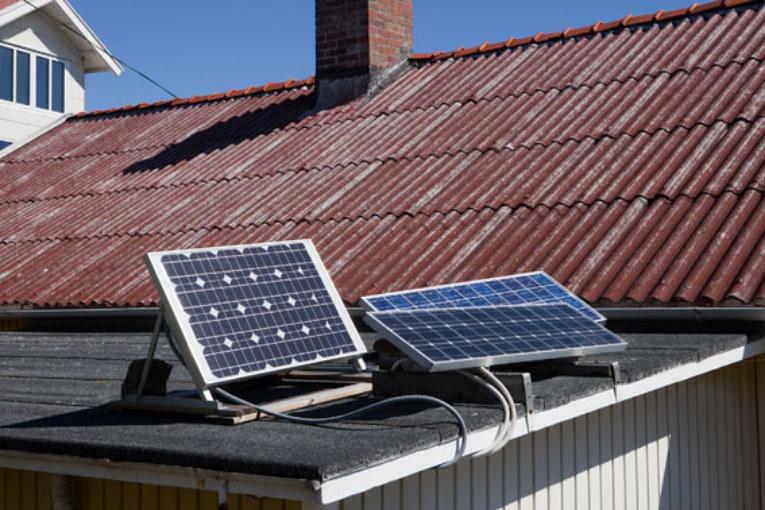 Solcellspaneler på stugan, bra alterantiv om du inte har tillgång till elnät.