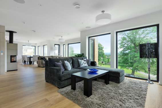 Vardagsrummet bjuder in naturen och har gott om plats för socialt umgänge.