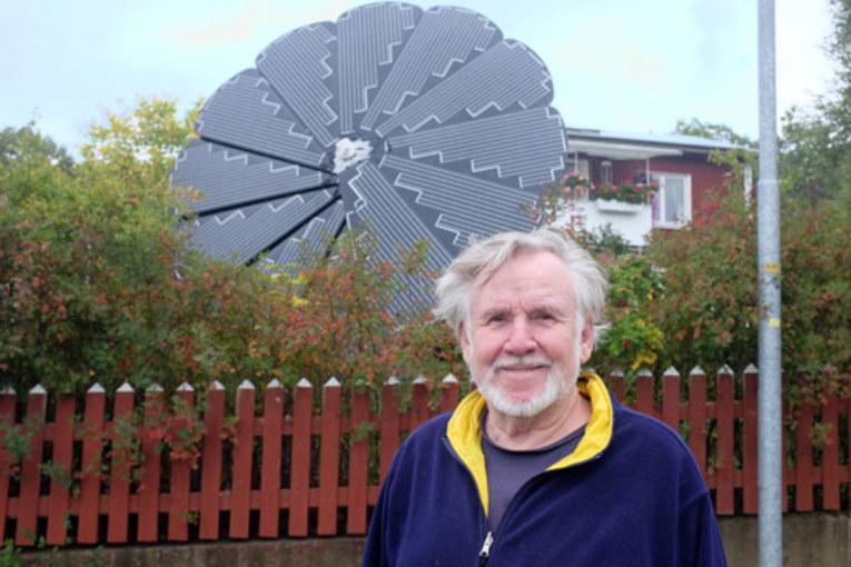 Solcellsblomma. Kjell Sjögren har installerat solcellsblomman, Smartflower, i sin trädgård.