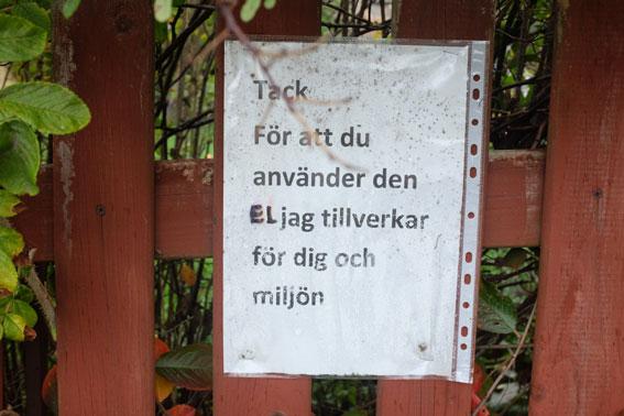 Miljövänlig elproduktion. På staketet har Kjell satt upp en lapp som beskriver nyttan med hans solceller.