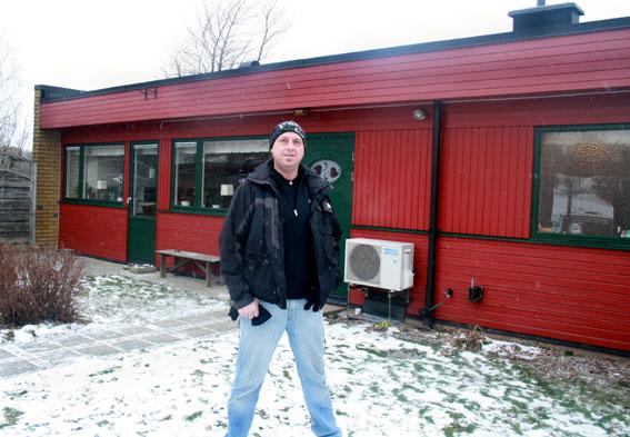 Daniel Björkman framför sin 70-talsvilla