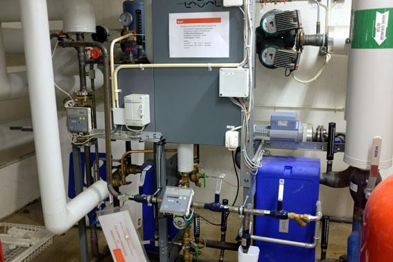 Teknikrummet. Här samsas fjärrvärmeväxlaren och värmepumpen, som tillsammans bidragit till minska värmekostnaderna.