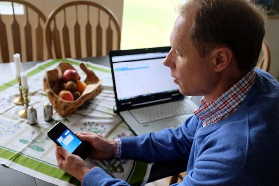 """Jens Johansson testar och håller full koll på tekniken i """"Hus utan sladd""""."""