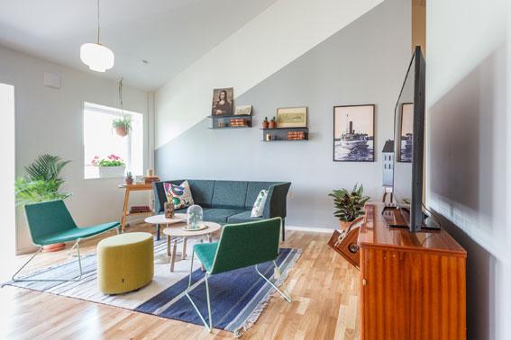 Vardagsrummet erbjuder rymd och ljus - och värms med en konvektor. Foto: Wenngarn Media.