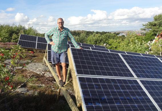 Investera i solceller. Jörgen Larsson på Brännö använder en markbaserad solcellsanläggning.