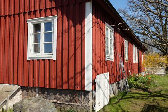 Boningshuset har renoverats med nya fönster i äldre stil.