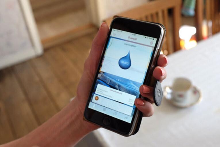 Familjen kan via en mobilapp övervaka och styra uppvärmningen efter önskat behov.