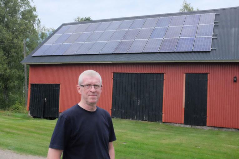 Skogsägare Rune Haraldsson framför sin solcellsanläggning.