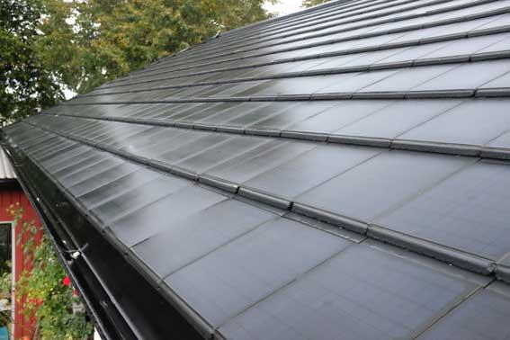 Solpannorna liknar vanliga, släta takpannor - men har ett ytskikt med inbyggda solceller. Foto: Lars Bärtås