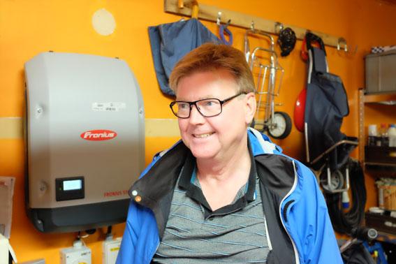I Jörgens garage finns växelriktaren som omvandlar elen från solpannorna till växelström.