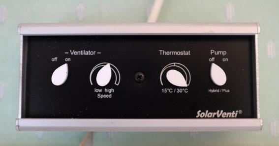 Inne i kolonistugan finns en regulator med termostat som styr luftflöde och temperatur.