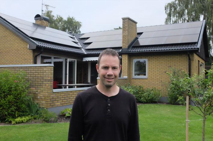 Einar Heiberg framför sitt 60-talshus med nylagt tak och solceller.